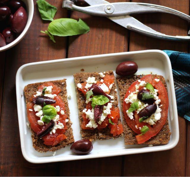 bruschette  alla greca con pomdoro, olive di Kalamata e feta  e già penso al caldo!