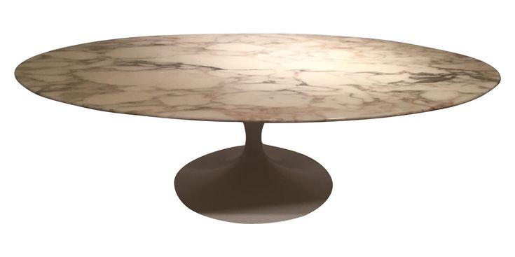 """<p>Grande table basse ovale par Eero SAARINEN datant des années 70. Edition: Knoll International. Composée de marbre """"Calacatta"""", de couleur doré.</p>"""