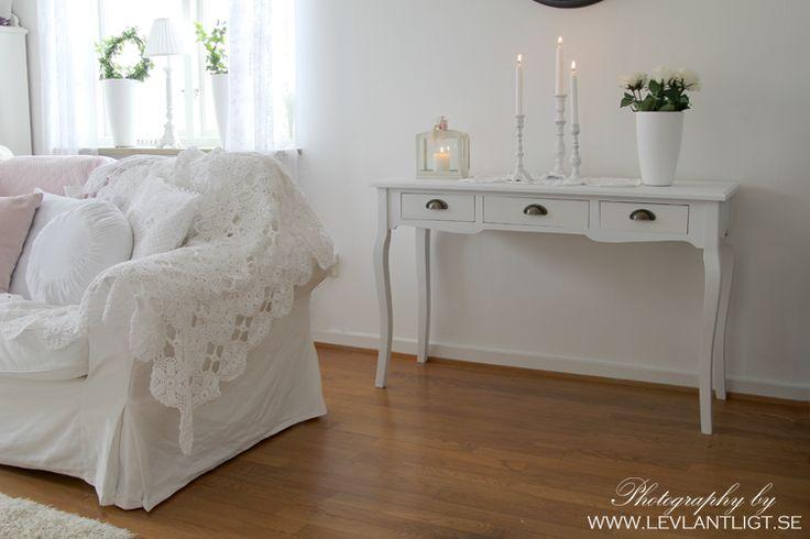skänk i vardagrummet - lantligt vardagsrum - vardagsrum - gjutjärnstakar - vit inredning - vit soffa - Ikea ektorp - överkast i spets - levlantligt