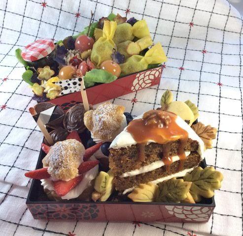 #89 Severine France Bonbons fourrés au poisson et aux légumes dans leurs feuilles de brick au curcuma, - Mini pommes d'amour de tomates cerises rouges et jaunes, - Salade verte et Petites chips de pommes de terres et de vitelottes. - Choux à la fraise et aux myrtilles garnis d'une mousse légère de chocolat blanc. - un carrot cake aux noix de Grenoble (ma région) à la chantilly vanillée, nappé d'un caramel coulant au beurre salé. - Petits sablés (colorés au thé matcha et au cacao)