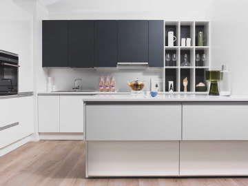 Moderni ja pelkistetty keittiö on avokeittiöiden aatelia. #etuovisisustus #keittiö #puustelli