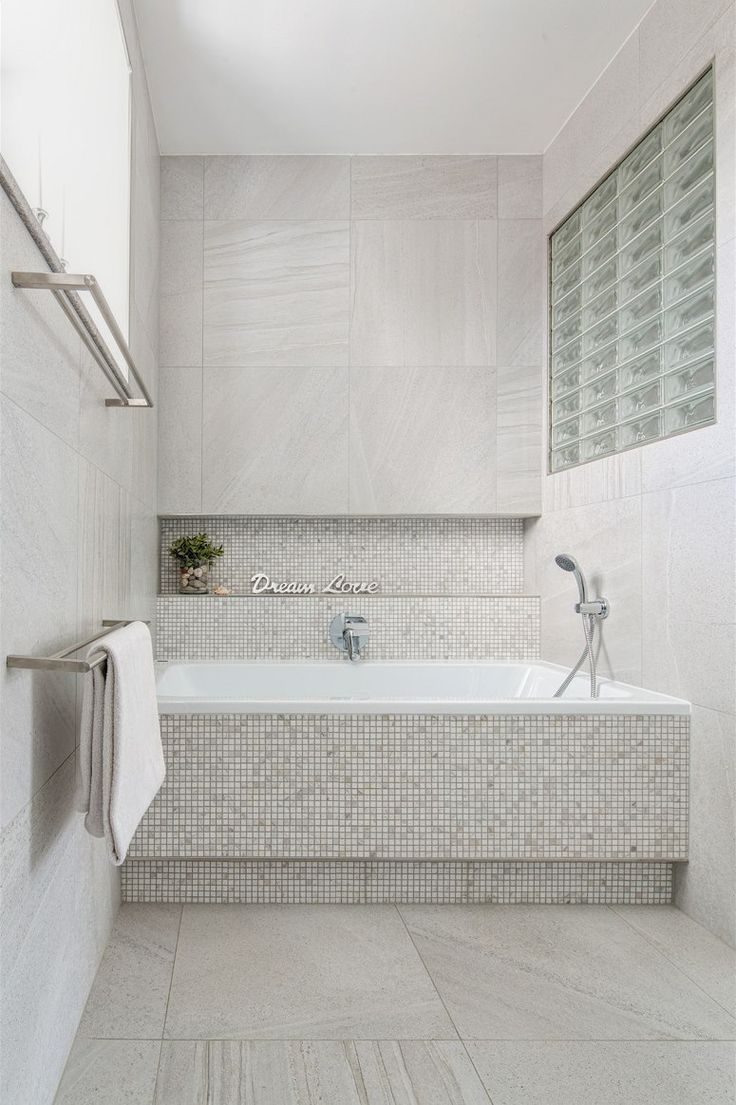 V koupelně je použita velkoformátová dlažba v kombinaci s mozaikou.