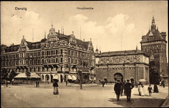 Ansichtskarte / Postkarte Gdańsk Danzig, Partie an der Hauptwache, Tor, Passanten