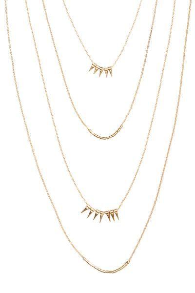 Collana a più fili: Collana a più fili composta da sottili catene metalliche. Decorata con pendenti a punta e perline in metallo. Lunghezza regolabile, 52-59 cm.