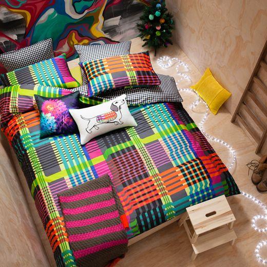 Design et ludique, le linge de lit Check de la marque Kas donnera à votre chambre un nouvel éclat, très dynamique et très coloré. Laissez ces jolies lignes entrer et laissez-les effacer la grisaille de votre chambre à coucher. Conçue en percale 100% coton, vous profiterez d'une housse de couette douce et confortable. Le verso de la housse de couette est imprimé d'un vichy noir et blanc qui vient contraster les multiples couleurs du recto, le tout pour un résultat étonnant.
