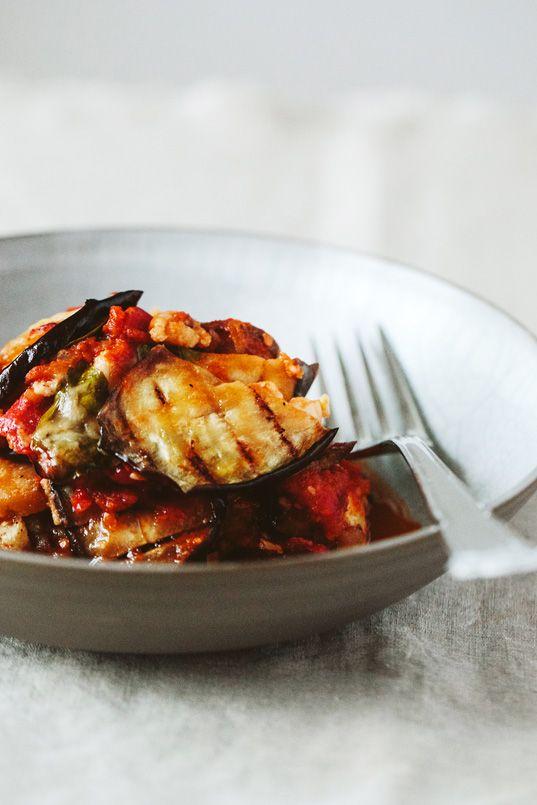 Ein einfacher aber wundervoller Auberginen Auflauf aus Süditalien, bei dem ihr den Teller ablecken werdet.