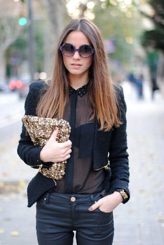 Девушка в черной прозрачной блузке и брюках