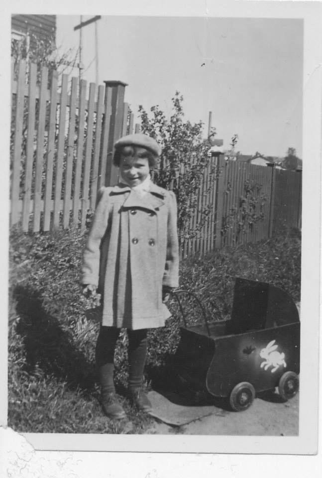 Meg og min dukkevogn ca 1950 .