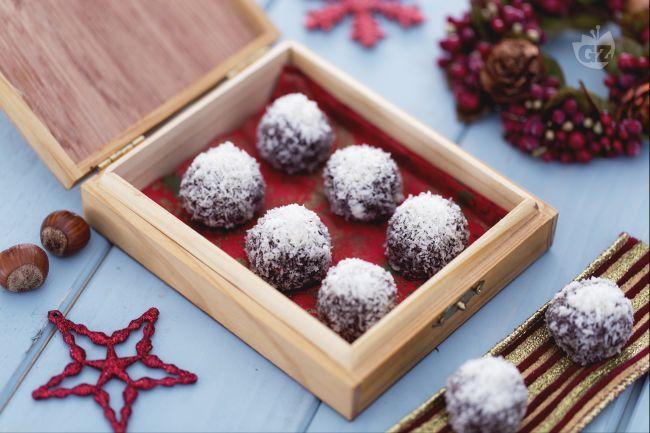 I tartufini cocco e nutella racchiudono un cuore di nocciola e due tra gli ingredienti più golosi. Godetevi questi dolcetti, in un sol boccone!