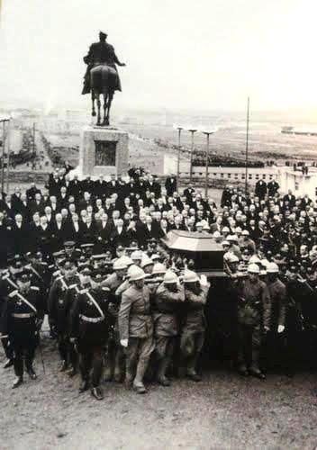 Atatürk'ün naaşı 1953 e kadar kalmak üzere Etnoğrafya Müzesine getiriliyor 21 Kasım 1938