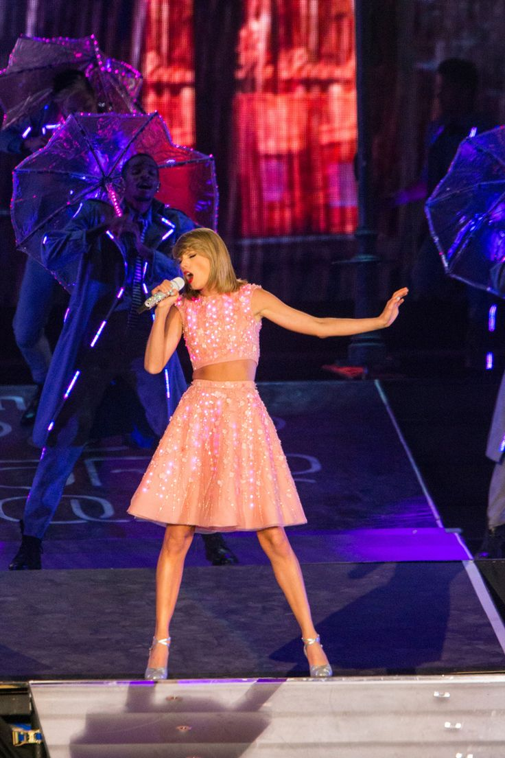 Taylor swift performance of how you get the girl at rock in rio