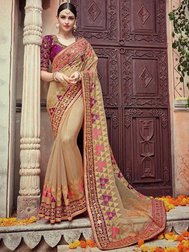 Бежевое красивое индийское сари, украшенное вышивкой люрексом, бисером и стразами