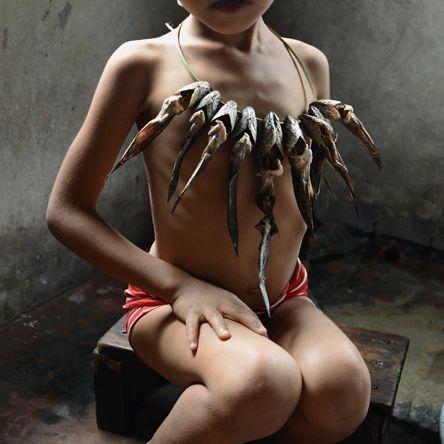 """Tam gdzie dziewczyny rządzą światem. Mawlynnong - mała indyjska miejscowość w pobliżu granicy z Bangladeszem, znana jako społeczność, w której """"dziewczyny rządzą światem"""". Spokojne, pełne uroku miejsce. Jednak to nie okoliczna przyroda i klimat zadbanej, sielskiej wioski przykuły uwagę fotograficzki Karolin Klüppel, która serię zdjęć Mädchenland (Królestwo Dziewcząt) poświęciła życiu kobiet i dziewczynek Mawlynnong."""