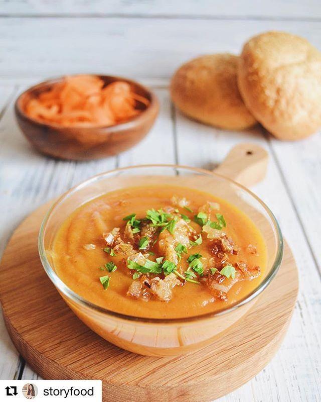 Ароматный и, наверняка, очень вкусный суп на фото @storyfood  Сервировка на нашей большой круглой доске из светлого дуба.  Цена - 50BYN (26$)/шт.  Размер доски может варьироваться.  Скидки на заказы сетов.  Для оформления заказа, пишите нам на электронную почту или Facebook.  #woodencuttingboard #servingfood #kitchenware #foodporn #foodphoto  Yummery - best recipes. Follow Us! #kitchentools #kitchen