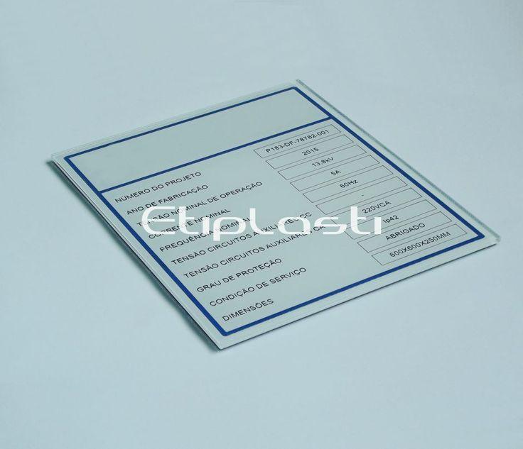 Plaqueta de acrílico com gravação a laser. As plaquetas de acrílico são aplicadas na identificação de painéis, quadros elétricos e portas.