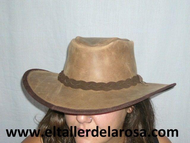 Sombrero artesanal modelo australiano en auténtica piel de ternera, indeformable y muy cómodo. Acabados en pieles de primera, cosido con doble pespunte para una gran durabilidad. Serraje color cuero engrasado. http://www.eltallerdelarosa.com/sombreros-de-piel-cuero/22-sombrero-australiano-de-cuero.html