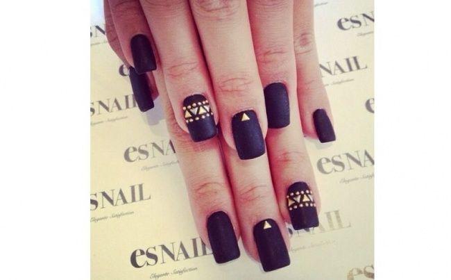 Czarny manicure - elegancki i frapujący. 20 super pomysłów na czarne paznokcie - Strona 11