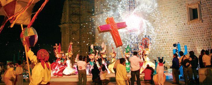 Guelaguetza, la fiesta más esperada de Oaxaca.  La Guelaguetza ya está aquí, lánzate a la ciudad de Oaxaca y disfruta de un evento artístico-cultural que pinta de color y bailes el Auditorio ubicado en el Cerro del Fortín y las principales calles y plazas de la antigua Antequera.