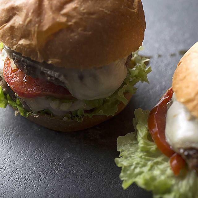 """#bourcheese #bourmet #pesaro #hamburger #burger #bistrot #burgerbistrot #foodporn #slowfood #km0 #stillife  • Insalata romana • Polpa di vitellone dell'Alta Val Metauro 80% • Suino nostrano tipico dell'Alta Val Metauro 20% • Formaggio """"Mucchino"""" fuso SanPatrignano • Pomodoro"""
