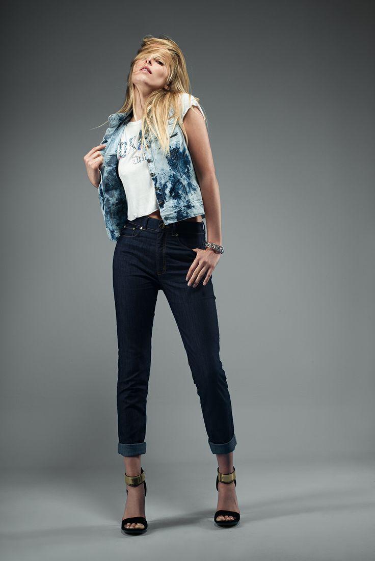 Jeans: Ref. E131604 - $129.900 Chaleco: Ref. E072921 - $98.900 Blusa: Ref. E208629 - $49.900 Pulsera: Ref. E500395 - $24.900 Sandalia: Ref. E340078 - $79.900