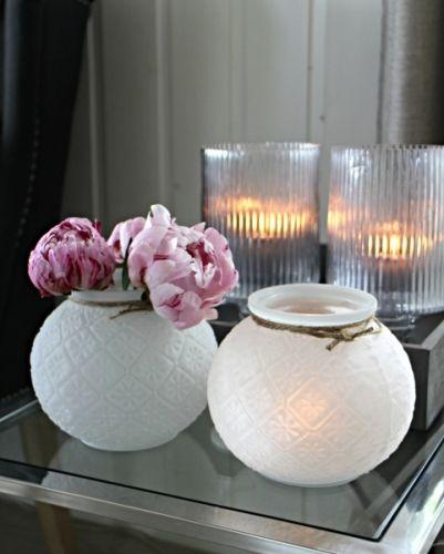 Hvitt glass med mønster for telys.15x12,5cm