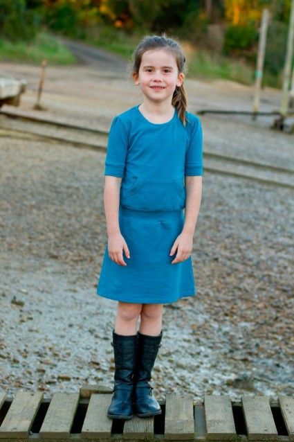 Een mini-versie van de Skippy jurk, Joey is een mooie, alledaagse jurk voor kleine meisjes gemaakt met uw favoriete rekbare tricot.
