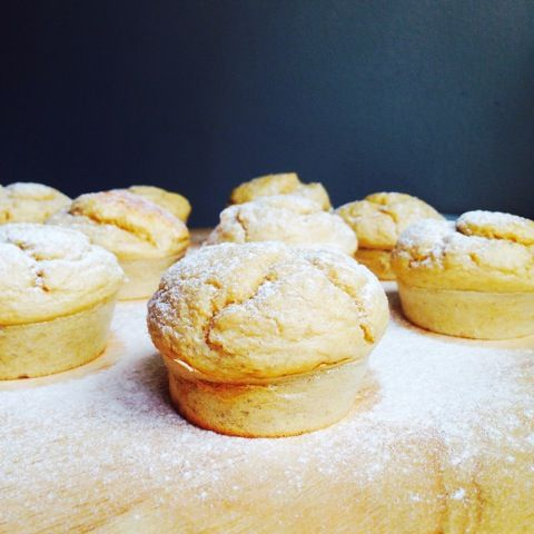 Deze vanille proteïne muffins zijn te lekker! Een makkelijk on-the-go ontbijtje of gewoon als tussendoortje. Wat heb je nodig? 60 gram vanille proteïne poeder 4 eieren 120 gram havermout 60 ml melk 25 gram geraspte kokos 50 ml kwark 2 theelepels bakpoeder 1 banaan Warm de oven voor op 170 graden celcius. Doe alle ingrediënten in een blender tot …