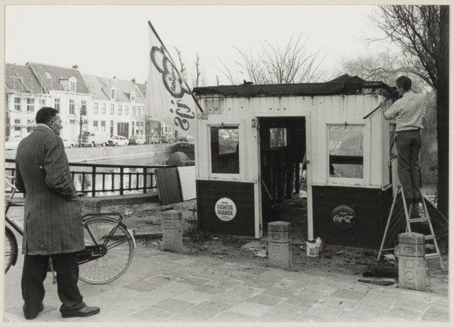 Koffietent in de Jansstraat naast de Jansbrug tijdens de sloop. Na de sloop werd een nieuwe kiosk geplaatst.1977