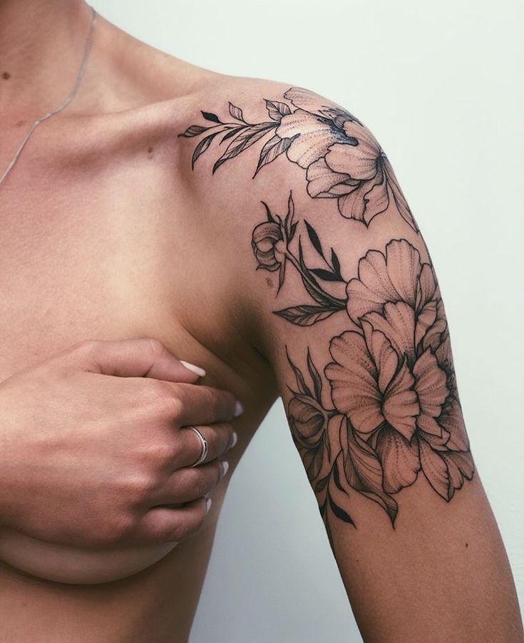 Blumentattoo auf Schulter / Oberarm