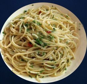 Ricetta vegetariana - Spaghetti aglio, olio, peperoncino e noci. In Pasta secca. Ingredienti: 320 g spaghetti. 100 g gherigli di noce. 4 cucchiai olio. 2 spicchi d'aglio. peperoncino a piacere. 1 ciuf
