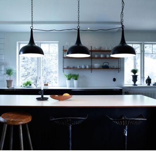 Szwedzki produkt, lampa retro w nowoczesnym wykończeniu doskonale wkomponuje się w różne style wyposażenia wnętrz. Klosze w kształcie kielicha wykonane z aluminium metalowego zachwycają swoim wyglądem. Uświetni każdą kuchnię, jadalnię lub pokój dzienny.