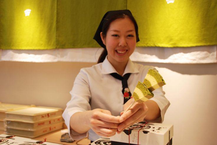 「食べ歩き京ばあむ」はいかがですか? 京ばあむ祇園北店での限定商品をご紹介しましょう! 食べやすい大きさにカットされた京ばあむが2切れ棒に刺さっているお手軽な「食べ歩き京ばあむ」。四条通りを散策して、ちょっとお腹が空いたな〜という時にお手頃サイズです。京ばあむの抹茶の風味と、ふわふわ感をお試しいただけると思いますよ。美味しかったら・・・ぜひッお土産におひとつ! あ!お着物姿がステキなお客様がいらっしゃったので、思わずお願いしてパチリ☆京都観光楽しんでくださいね。