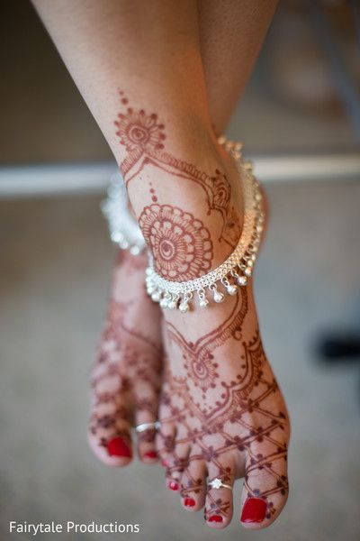 Beautiful Indian bride's  foot mehndi. http://www.maharaniweddings.com/gallery/photo/136379