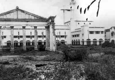 Een verwoest stadsdeel van Soerabaja, met op de voorgrond het restant van het gerechtsgebouw en op de achtergrond het Gouvernementsgebouw, 1947/1948. De verwoestingen hadden plaats vóór 1946 | Onbekend