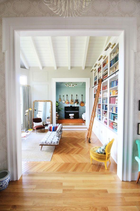 parquet chevron / bibliothèque / grand miroir sur le sol / petit fauteuil