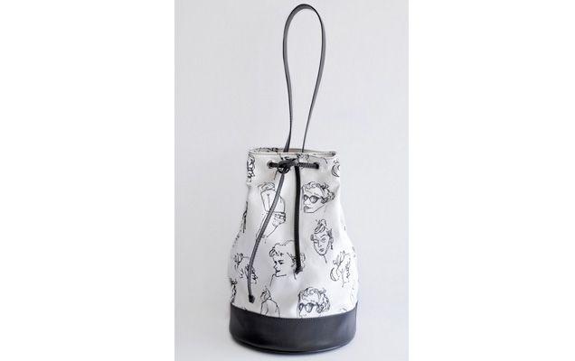 Bolsa Canna: modelo tipo saco feito de lona com estampa exclusiva assinada pela ilustradora Carmem Saito. O tamanho grande, da foto, sair por R$ 400 na loja virtual da Canna.