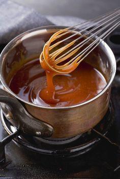 Ricetta per salsa al caramello: 200 ml di Acqua 400 gr di Zucchero Cuocere lo zucchero in acqua, fino ad ottenere il classico colorito ambrato. Per un caramello più morbido, a fine cottura unire del succo di limone, mescolare velocemente fuori fiamma. Si può aromatizzare scaldando prima l'acqua con vari ingredienti: Vaniglia, cannella, zenzero, chiodiLeggi tutto