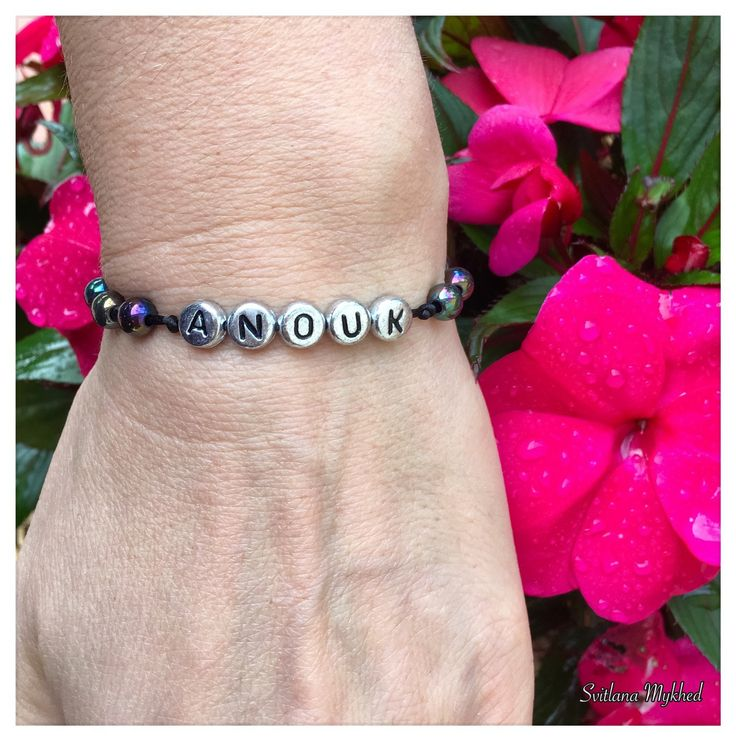 """Bracelet avec prénom """"Anouk"""". Bracelet avec prénom enfant, adultes. Perles lettre acryliques plaqué couleur argenté : Bijoux pour hommes par perles-et-couronnes"""