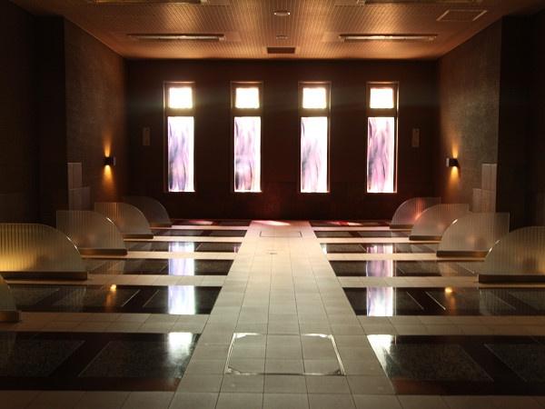 岩盤浴をカップルで体験できる男女兼用と、女性専用、それぞれの岩盤浴室は、一度に14人が利用できます。岩盤浴の聖地、オーストリアのバドガスタインの石を使用しています。