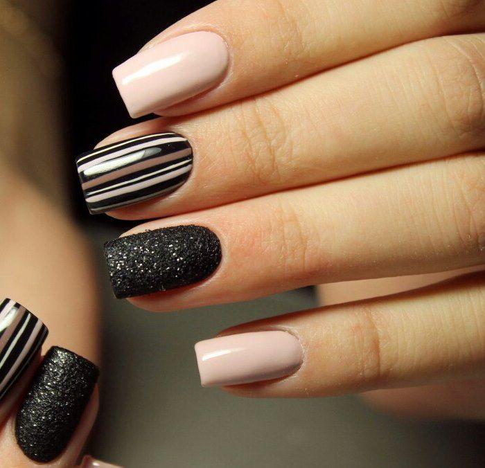 Маникюр на короткие ногти: вертикальные и диагональные полосы (фото)