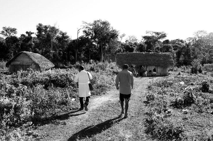 """PAHO WHO   Exposição de fotos Programa Mais Médicos """"Tenho trabalhado para melhorar o atendimento médico e investido na educação em saúde, em projetos para diminuir a mortalidade materna e infantil e doenças infecciosas diarreicas e respiratórias."""" —Trabalha desde 2013 em Marabá, Pará, Brasil. (Foto: Luís Carlos Nunes Oliveira)"""