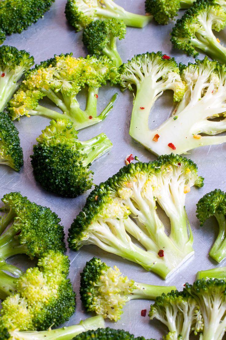 Brokkoli wird in Olivenöl, Chili, Salz und Pfeffer geschwänkt und im Ofen knusprig gebacken