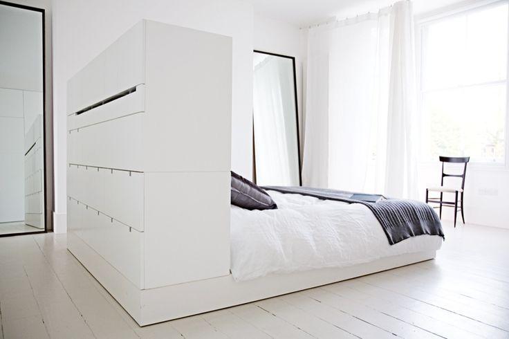 Op zoek naar inspiratie voor een mooie en praktische slaapkamer suite met badkamer, inloopkast en veel opbergruimte? Bekijk dan deze prachtige slaapkamer!