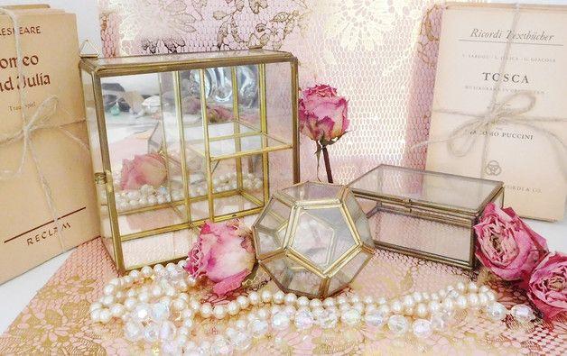 """Zauberhafte kleine Vintage Vitrine aus Glas und Metall. Die Rückwand ist aus Spiegelglas, welches auch noch schön glänzt, nur im unteren Bereich gibt es ein paar """"raue"""" Stellen, die man..."""