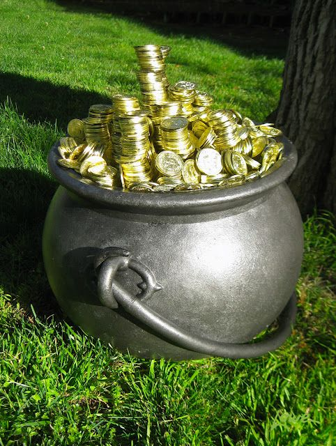 How Dave Lowe made a pot of gold for his front lawn this march display