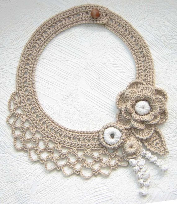 Beige flowers crochet necklace. por agatsknitting en Etsy