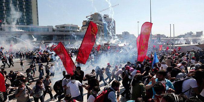 Συγκλονιστικές εικόνες από τα επεισόδια στην Τουρκία: Στην πλατεία Ταξίμ κατέφτασαν εκατοντάδες χιλιάδες πολίτες, ενώ διαδηλώσεις ξεκίνησαν και σε δεκάδες άλλες πόλεις στην Τουρκία.