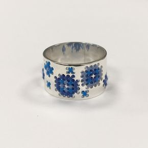 Helemaal in blauw tinten - Blue shades. #borduren #ring #zilver #sieraden #sieradenwebshop #embroidery #embroiderydesign #jewelry #jewelrydesign #silver #corinarietveld