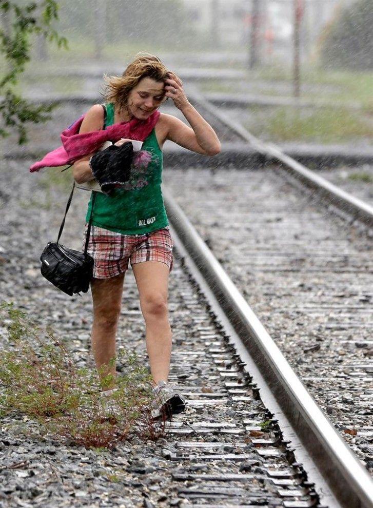 Тропический шторм «Исаак» усилился до урагана 1-й категории, пересёк Мексиканский залив и приблизился к побережью США. По иронии судьбы, ураган «Исаак», появившийся через 7 лет после урагана «Катрина», движется по тому же маршруту, угрожая жителям Алабамы, Миссисипи, Луизианы и Флориды. В южных штатах США объявлено чрезвычайное положение.