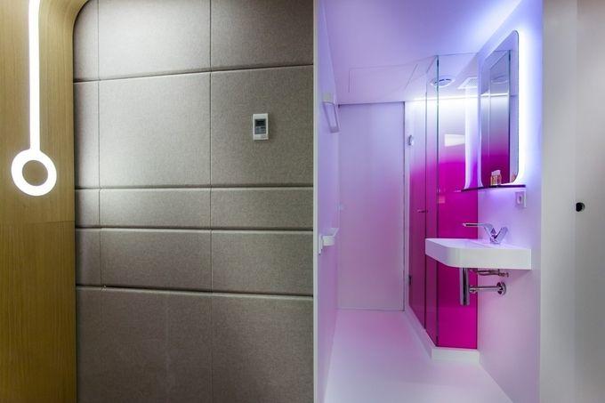 Okoume lap a nyír gardrobe szekrény oldalának borítására, benne LED marás Forrása: Hotel O | Hello Pretty